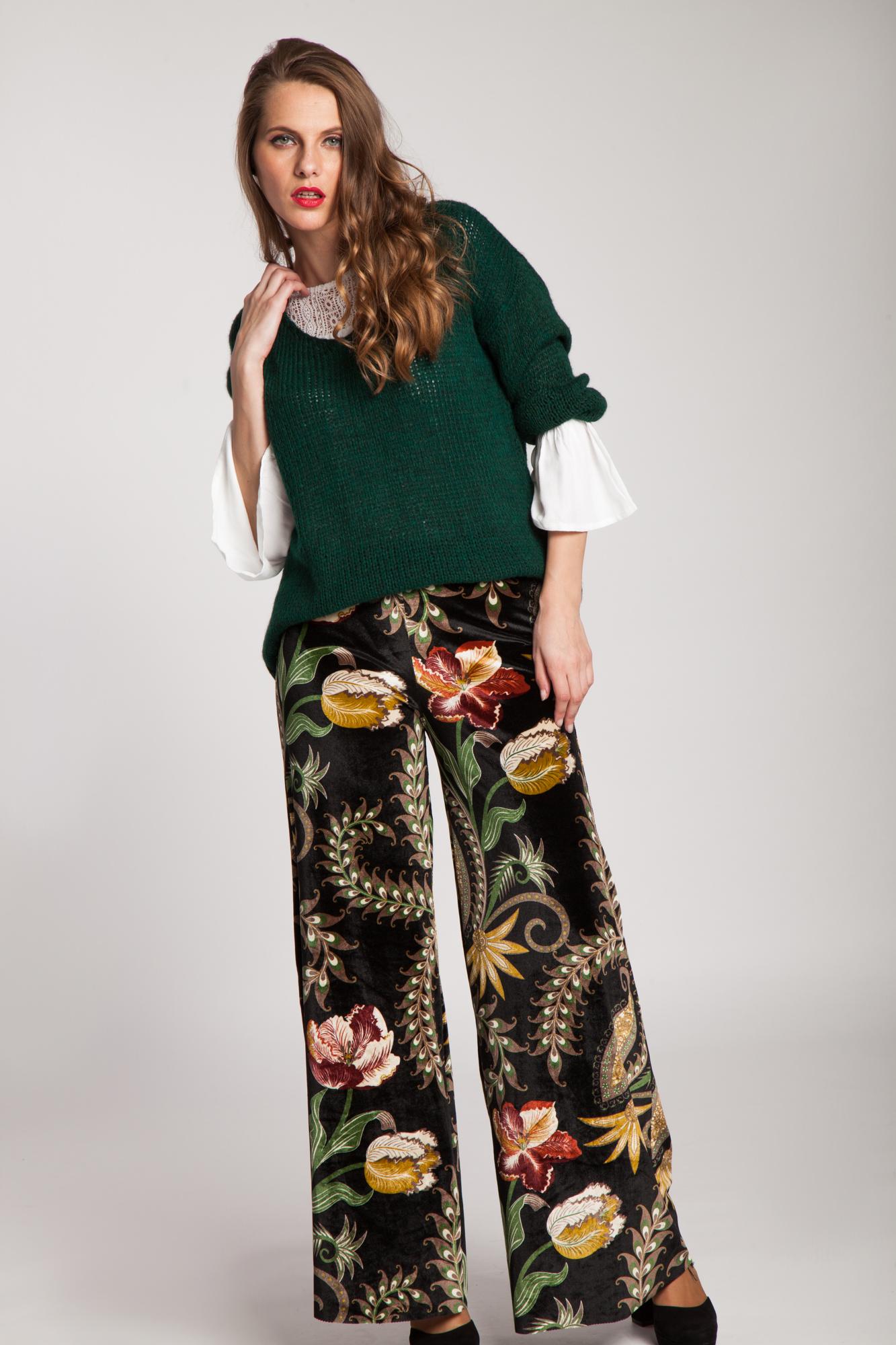 Pantaloni negri de catifea cu imprimeu floral