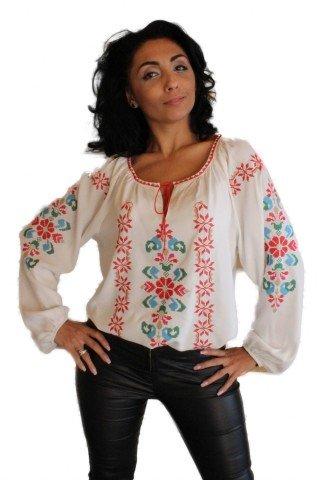 Bluza alba brodata cu motive traditionale reinterpretate